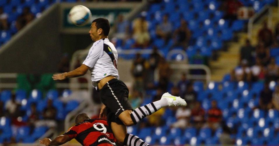 Zagueiro Rodolfo, do Vasco, e o atacante Deivid, do Flamengo, duelam pela bola em jogada aérea, no estádio do Engenhão