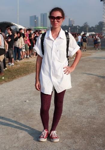 A estudante de jornalismo Sara Rebeca Brito, 20, foi ao Festival Lollapalooza Brasil, em São Paulo, usando peças de acervo pessoal e tênis All Star vermelhos (07/04/2012)