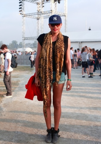A estudante de moda Wilaize Moraes, 21, combinou camiseta e jaqueta Zara ao lenço estampado e à bota comprados em brechó no primeiro dia do Lollapalooza Brasil (07/04/2012)