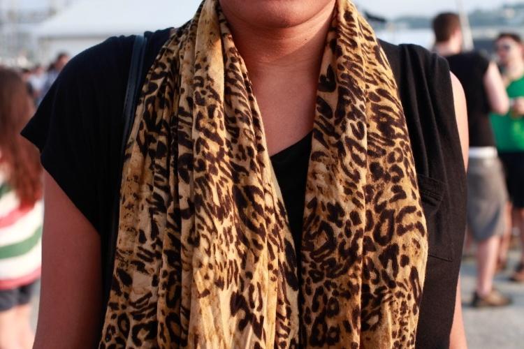 A estudante Wilaize Moraes usa lenço com estampa de onça no primeiro dia do Festival Lollapalooza Brasil, em São Paulo (07/04/2012)