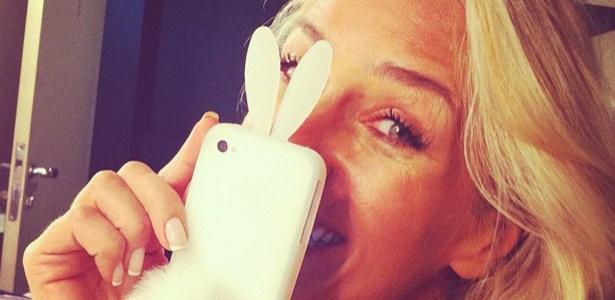 Adriane Galisteu postou uma foto em seu perfil do Twitter com uma capinha de celular de coelho. A apresentadora disse que o presente foi uma piada da amiga, a atriz Lúcia Veríssimo: