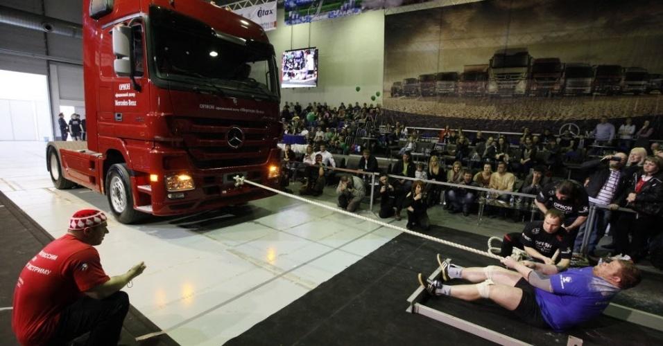 Alexander Lysenko puxa caminhão durante campeonato de força extrema na cidade russa de Krasnoyarsk, na Sibéria, que reuniu 12 competidores de todo o país no evento realizado anualmente desde 2002