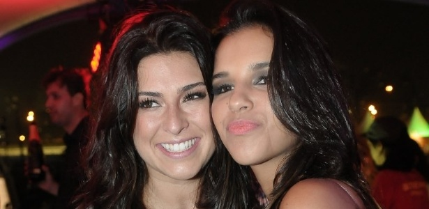 As atrizes Fernanda Paes Leme e e Mariana Rios posam para fotos em camarote no Lollapalooza Brasil 2012 (7/4/12)