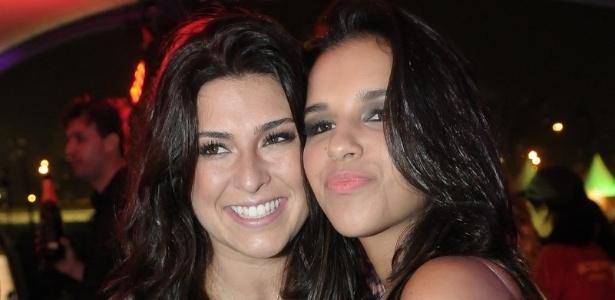 As atrizes Fernanda Paes Leme e e Mariana Rios posam para fotos em camarote no Lollapalooza Brasil 2012 (7/4/12)