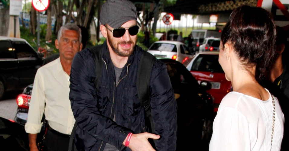 Ator Chris Evans desembarca em S&#227;o Paulo para divulgar o filme &#34;Os Vingadores&#34;, que estreia 27 de abril, e cumprimenta f&#227;. Ele interpreta o Capit&#227;o Am&#233;rica (8/4/12)