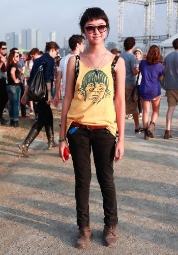 Danielle Yuraki, 22, é estilista e usou camiseta e botas de Brechó combinadas à calça Fabia Bercsek e ao colar Juliana Jabour, no primeiro dia de shows do Festival Lollapalooza Brasil, no Jockey Club de São Paulo (07/04/2012)