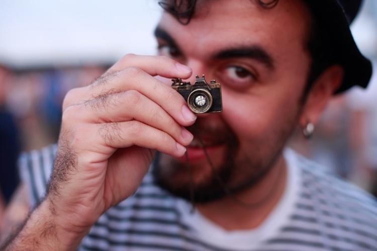 """Denylson Azevedo """"fotografa"""" com o colar Urban Outfiters no Lollapalooza Brasil, neste sábado (07/04/2012)"""
