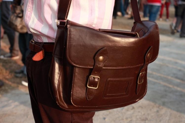 Detalhe da bolsa estilo carteiro usada pelo estudante Ulisses Mattos, no Lollapalooza Brasil, neste sábado (07/04/2012)