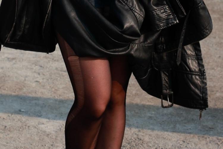 Detalhe da meia-calça desfiada da estudante Alice Trnodrasky, que foi ao primeiro dia de shows do Lollapalooza Brasil, no Jockey Club de São Paulo (07/04/2012)