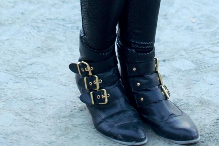 Detalhe das botas Dolce Vita usadas por Raphaela Tavarone (07/04/2012)