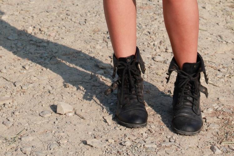 Detalhe das botas tipo cortuno usadas pela publicitária Joana Vargas no primeiro dia do Festival Lollapalooza Brasil (07/04/2012)