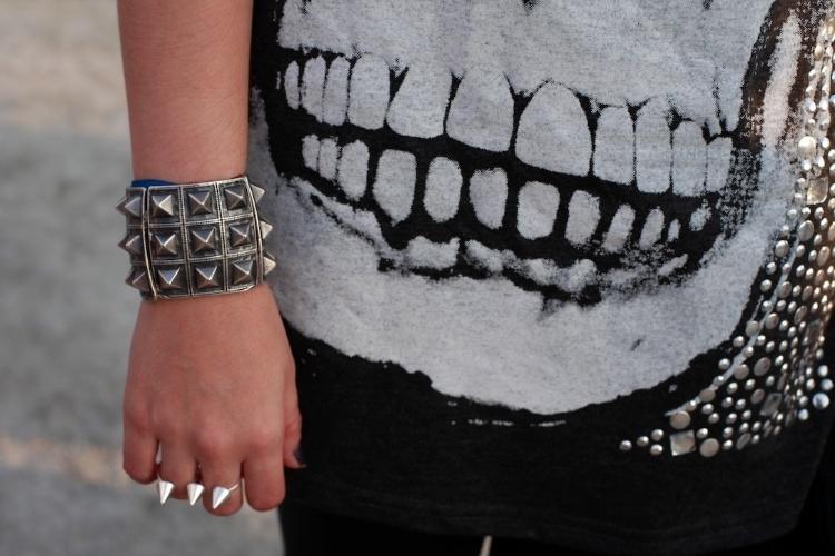 Detalhe do anel duplo e do bracelete de spikes usados pela arquiteta Renata da Matta (07/04/2012)