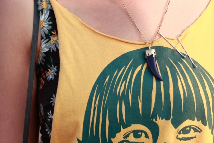 Detalhe do colar Juliana Jabour usado pela estilista Danielle Yukari sobre a camiseta de brechó (07/04/2012)