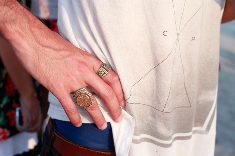 Detalhe dos anéis vintage usados pelo atuador Arthur Trevisan, que assistiu aos shows no primeiro dia do Festival Lollapaloosa Brasil, neste sábado (07/04/2012)