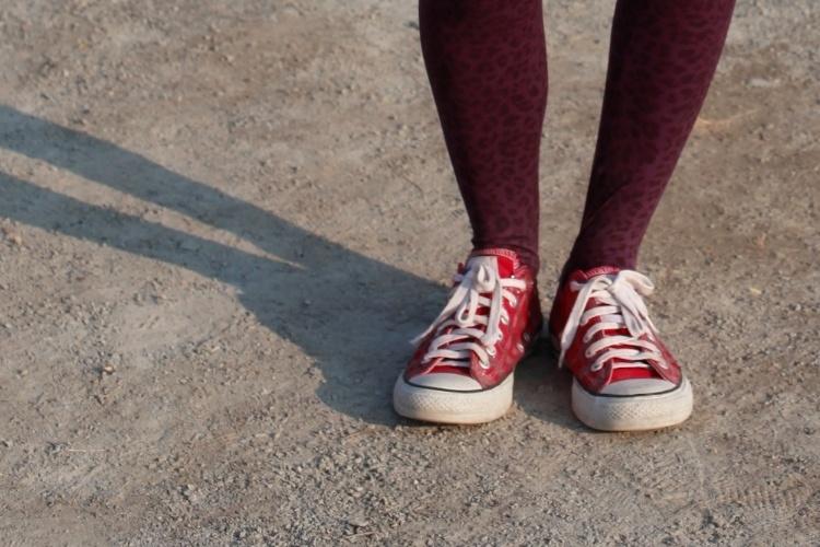 Detalhe dos tênis All Star, da estudante Sara Rebeca Brito, combinados com meia-calça com estampa de oncinha sobre fundo vermelho (07/04/2012)