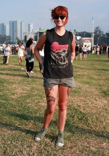 Emmanuelle Ribeiro, 20, maquiadora, veste look confortável para assistir aos shows do primeiro dia do Festival Lollapalooza Brasil em São Paulo. Emmanuelle escolheu camiseta Zara, short Espaço Fashion e tênis All Star (07/04/2012)