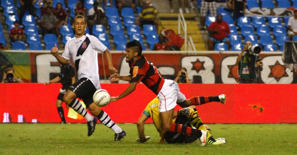 Lateral direito Léo Moura é derrubado pelo goleiro vascaíno Fernando Prass no clássico entre Vasco e Flamengo, no estádio do Engenhão