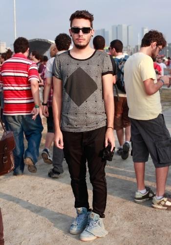 O fotógrafo Breno da Matta, 19, optou por camiseta Asos, calça Zara e tênis Adidas (com asinhas) para assistir aos shows do primeiro dia do Festival Lollapalooza Brasil, em São Paulo (07/04/2012)