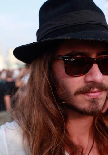 O tatuador Arthur Trevisan, 20, usa óculos Ray-Ban no primeiro dia do Festival Lollapalooza Brasil (07/04/2012)