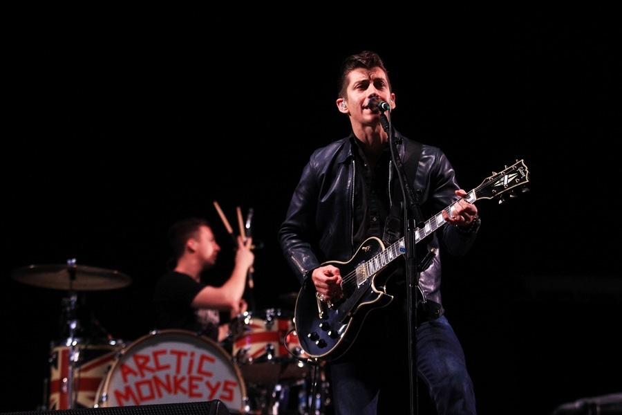 Principal atração do segundo dia do Lollapalooza Brasil 2012, o quarteto inglês de garage rock Arctic Monkeys abriu seu show com