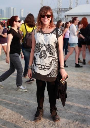 Renata da Matta, 25, é arquiteta e escolheu calça Pg&B e camiseta com estampa de caveira Joy London para assistir aos shows do primeiro dia do Festival Lollapalooza Brasil, em São Paulo (07/04/2012)