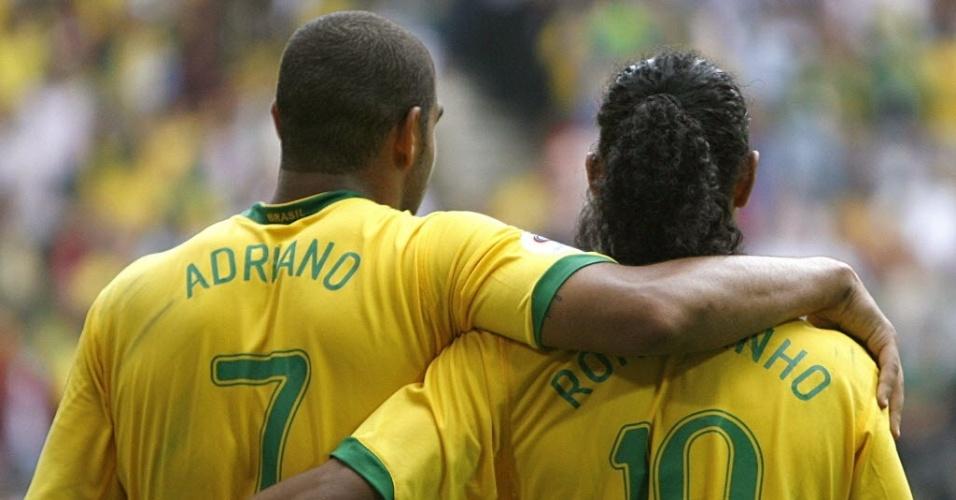 Ronaldinho comemora com Adriano gol marcado pela seleção brasileira na Copa-2006 (27/06/2006)
