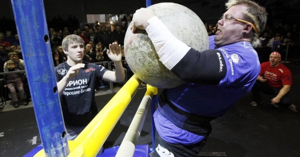 Sergei Andreichenko levanta pedra esférica de 160 quilos durante campeonato de força extrema na cidade russa de Krasnoyarsk, na Sibéria, que reuniu 12 competidores de todo o país no evento realizado anualmente desde 2002