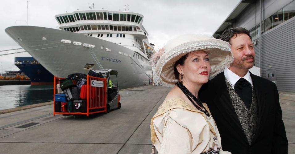 Vestidos com roupas de época, os recém-casados Mary Beth Crocker Dearing e Tom Dearing posam para fotógrafos no porto de Southampton, na Inglaterra, minutos antes de partirem para o Titanic Memorial, que seguirá a mesma rota do Titanic