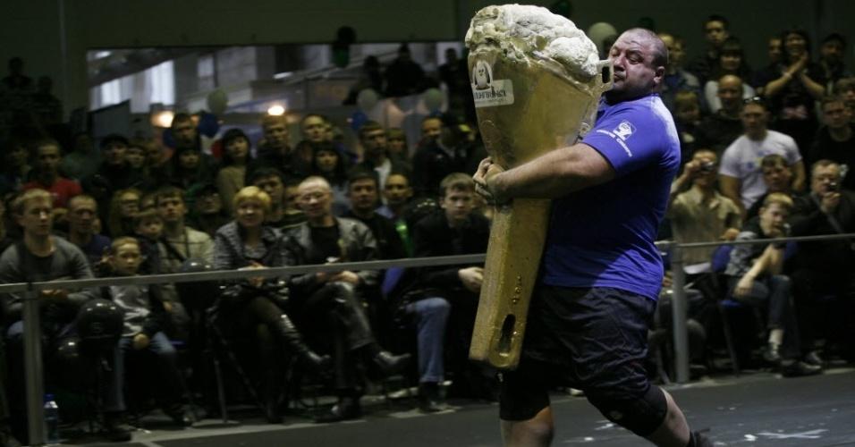 Vladimir Kalinichenko carrega um sorvete gigante de 200 quilos durante campeonato de força extrema na cidade russa de Krasnoyarsk, na Sibéria, que reuniu 12 competidores de todo o país no evento realizado anualmente desde 2002