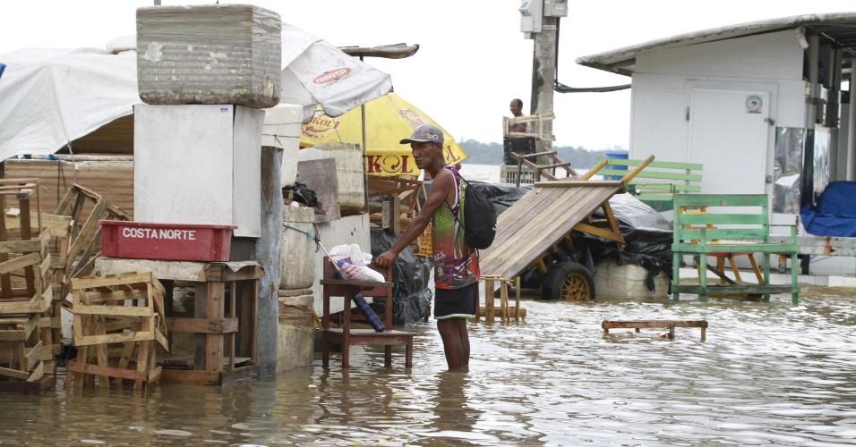 A água se manteve em níveis elevados em Belém por causa da maré alta e dificultou a movimentação de pessoas e veículos pela cidade