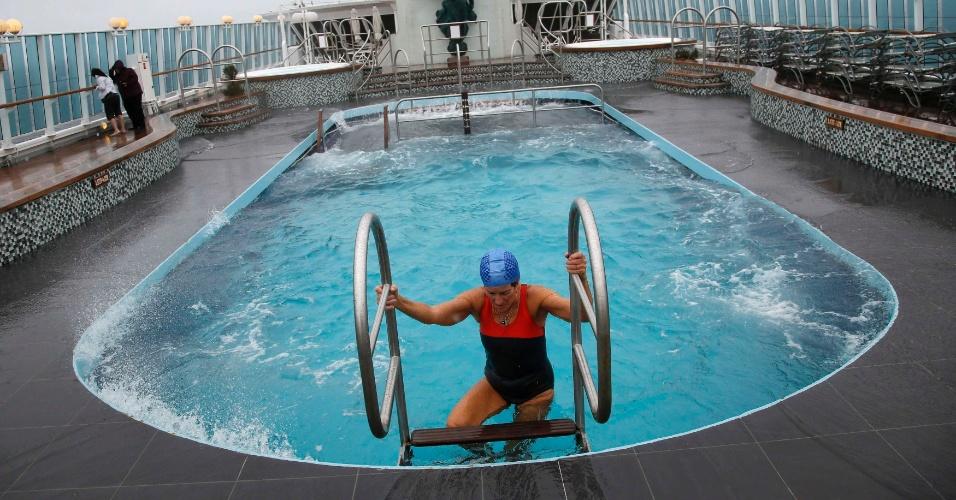 A australiana Merri Mack usa piscina aquecida nesta segunda-feira durante a passagem do cruzeiro memorial do Titanic pela costa de Cobh, na Irlanda