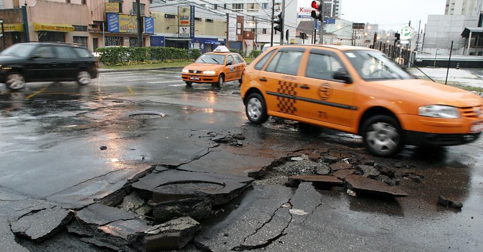 A forte chuva  em Curitiba causou estragos e alagamentos na rua Desembargador Westfallen, na esquina com Visconde de Guarapuava