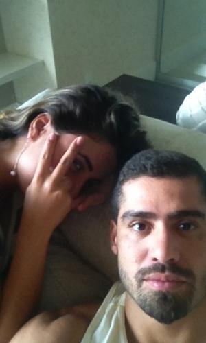 Após rumores sobre término do namoro, Yuri e Laisa aparecem juntos em foto divulgada pelo ex-BBB no Twitter (9/4/12)