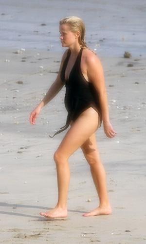 De férias na Costa Rica, Reese Witherspoon,36, exibe barriga de grávida e deixa à mostra celulites (4/4/12)