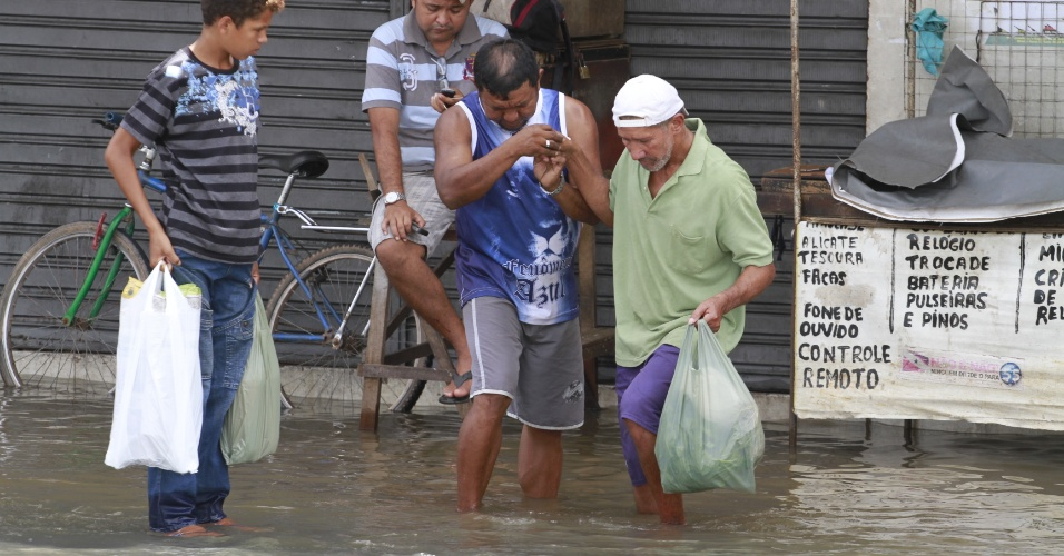 Diversas pessoas tiveram que ser ajudadas nas ruas de Belém por causa da maré alta