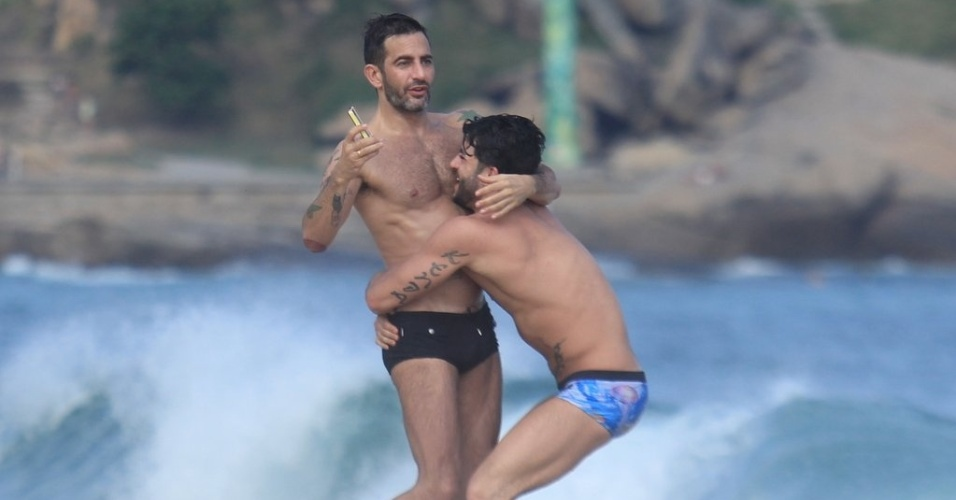 Harry Louis (dir) abraça Marc Jacobs (esq) na praia de Ipanema, zona sul do Rio (9/4/2012)