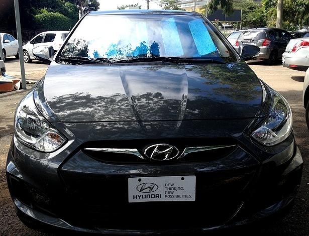 Hyundai Accent é fotografado em Brasília; sedã compacto tinha apenas uma placa publicitária