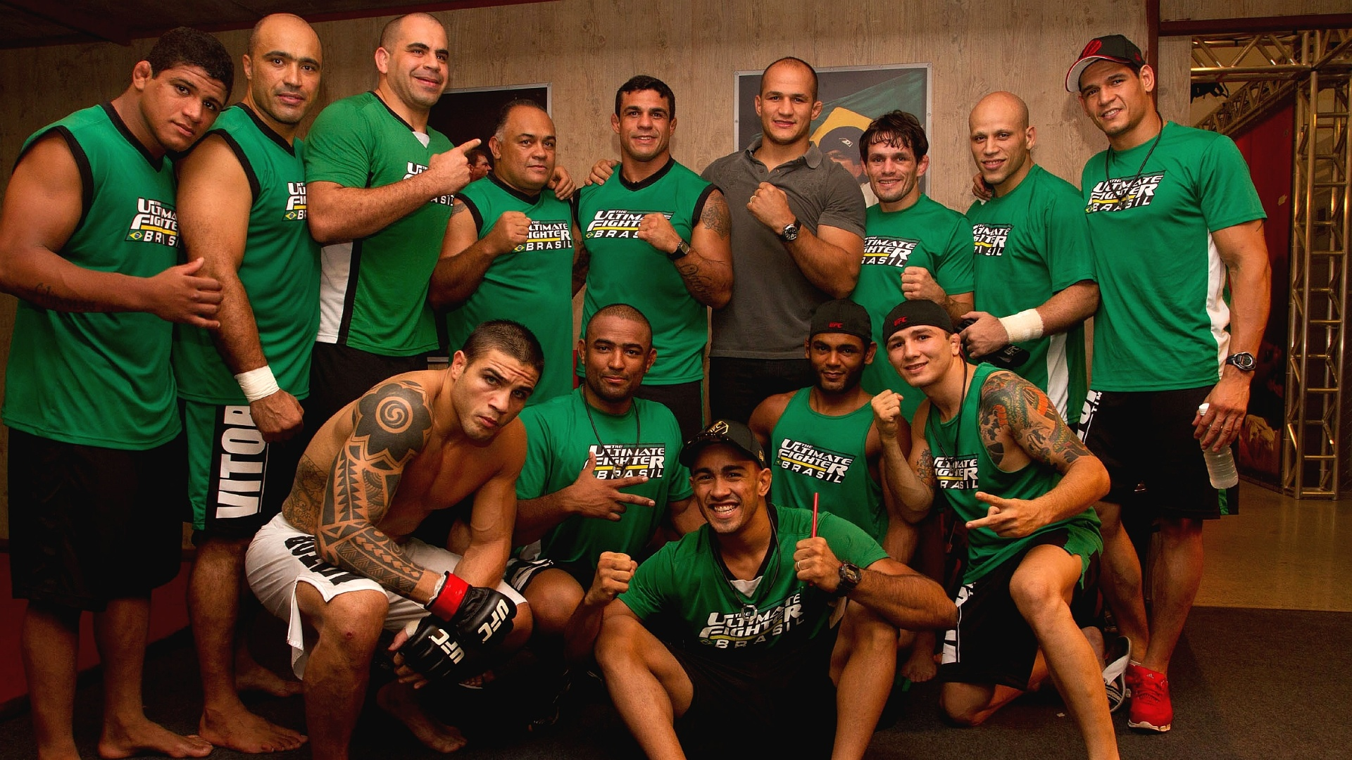 Jnior Cigano visita o TUF Brasil e posa para foto com time de Vitor Belfort