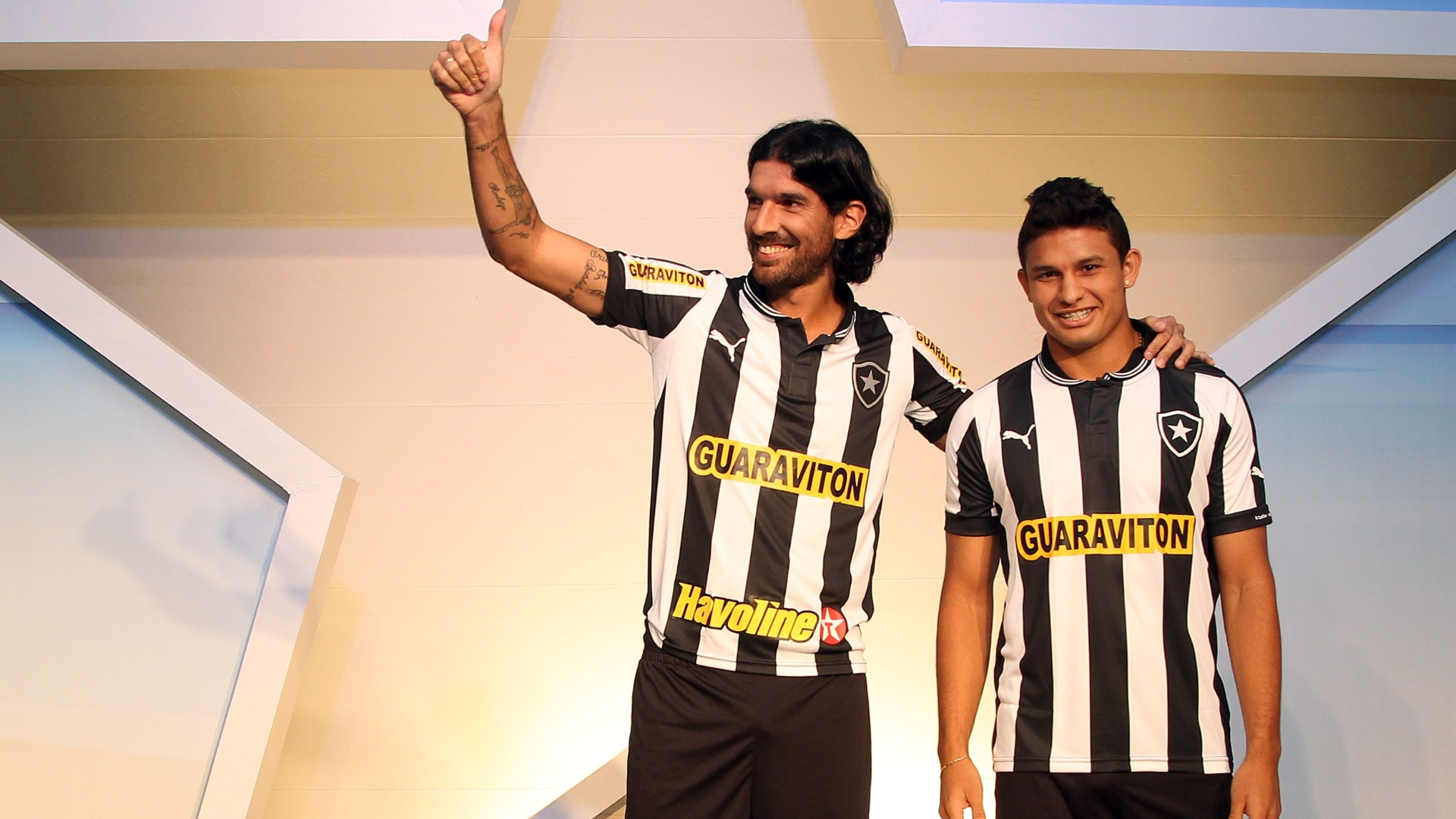 Loco Abreu (e) e Elkeson participam de lanamento do novo uniforme do Botafogo em General Severiano (09/04/2012)
