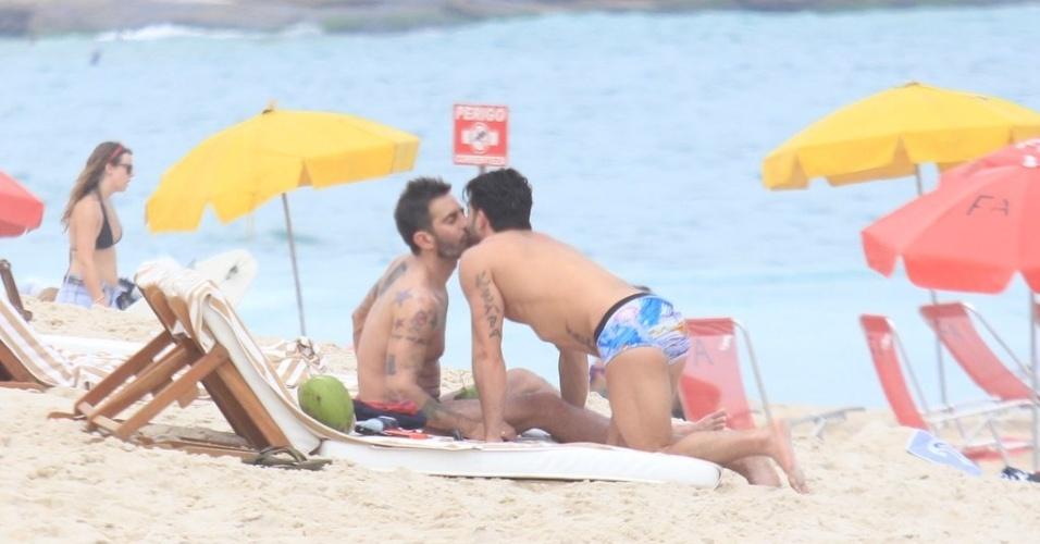Marc e Harry trocam beijos na praia de Ipanema, zona sul do Rio (9/4/2012). Marc é estilista da grife francesa Louis Vuitton e Harry é ator pornô