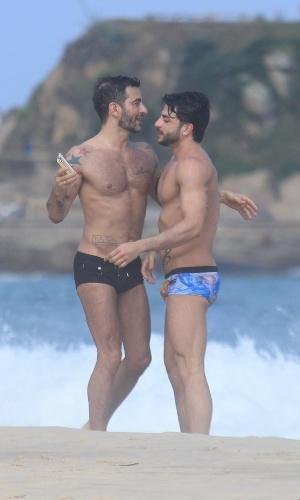 Marc Jacobs e Harry Louis curtem praia em Ipanema, zona sul do Rio (9/4/2012)