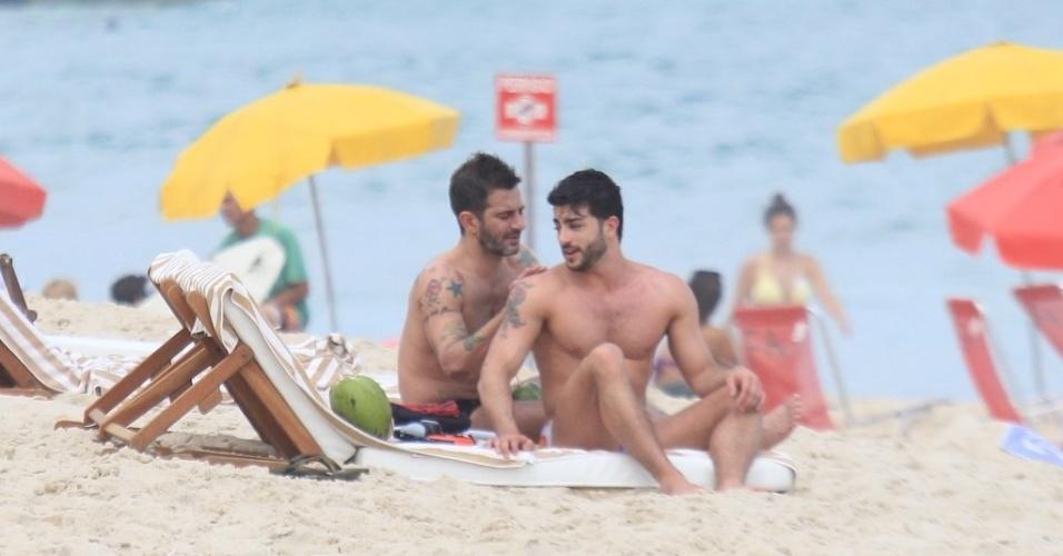 Marc Jacobs e Harry Louis curtem praia em Ipanema, zona sul do Rio (9/4/2012). Harry não é o primeiro namorado brasileiro do estilista. Marc já namorou o empresário Lorenzo Martone