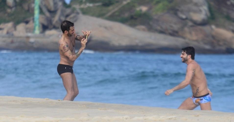 Marc Jacobs fotografa o namorado, Harry Louis, na praia de Ipanema, zona sul do Rio (9/4/2012)