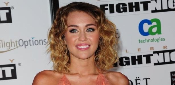 Miley Cyrus em um evento de boxe e Phoenix, Arizona (24/3/12)