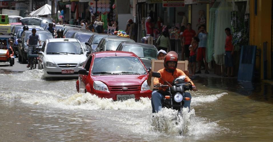 Motoristas tiveram dificuldade para trafegar na rua 15 de Novembro, em Belém