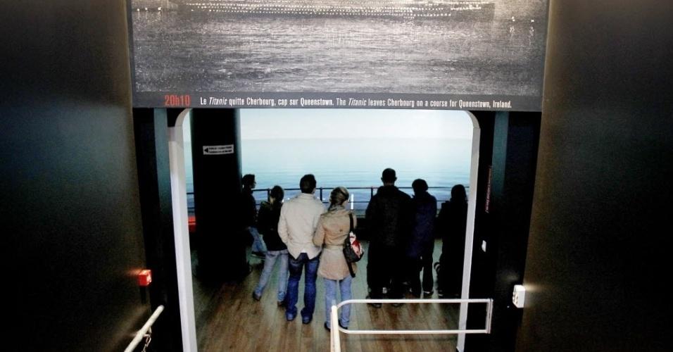 Vistantes acompanham exposição em Cherbourg, França,  que reconstrói o Titanic. O evento faz parte das celebrações do centenário do luxuoso trasatlântico