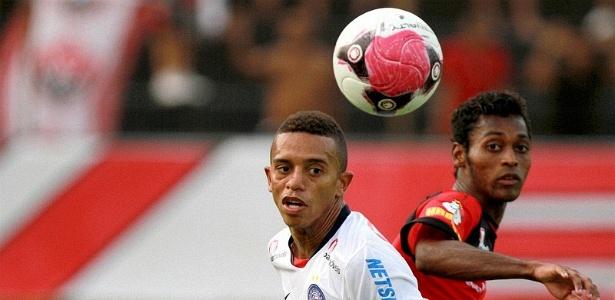 William Matheus, do Bahia, e Marquinhos, do Vitória, disputam a bola em Ba-Vi realizado no Barradão (18/03/2012)
