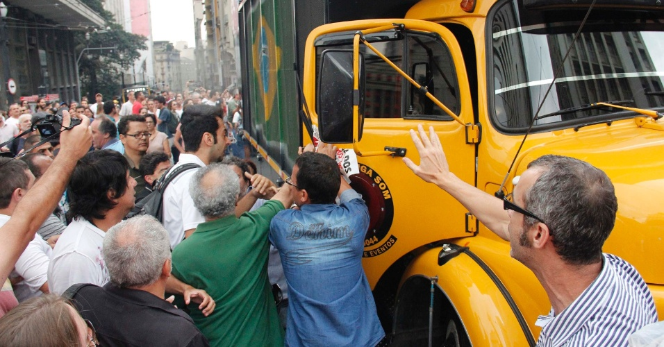 10.abr.2012 - Professores da rede municipal de São Paulo decidiram encerrar a greve iniciada no dia 2 de abril. A assembleia, realizada nesta terça-feira (10), foi marcada pelo descontetamento de alguns professores com a decisão