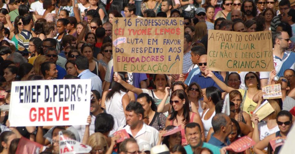 10.abr.2012 - Professores da rede municipal de São Paulo realizam nova assembleia nesta terça-feira (10) para discutir os rumos da greve iniciada no dia 2 de abril