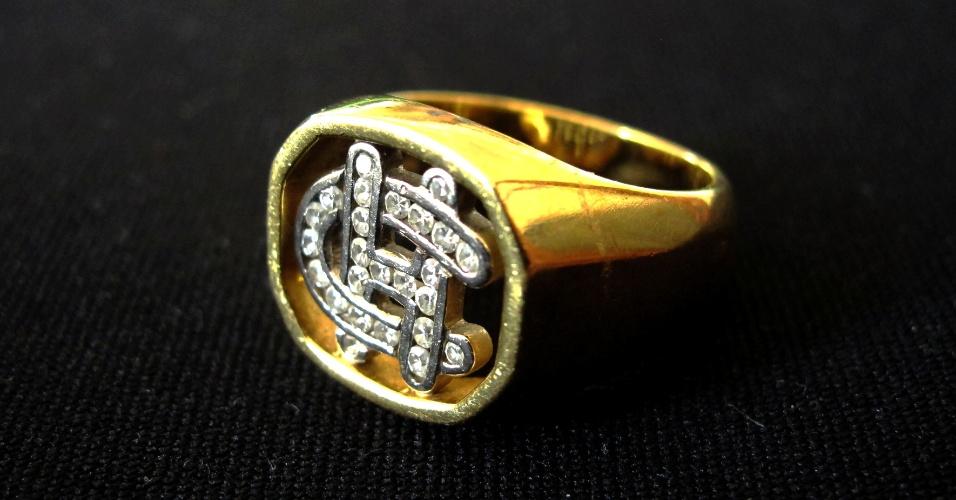 10.abr.2012 - Anel de ouro de 18 quilates, com 25 pedras brilhantes e as inicias de Clodovil. O lance inicial é de R$ 870